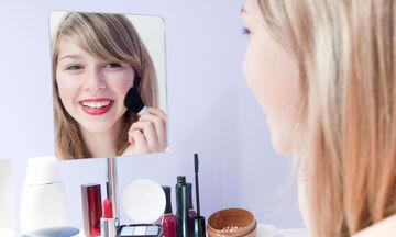 Λεκέδες από μακιγιάζ: Πώς να τους αφαιρέσετε από τα ρούχα σας (vid)