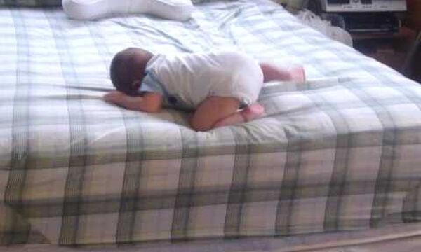 Δείτε τι κάνει αυτός ο μπόμπιρας που είναι μόλις 8 μηνών (vid)