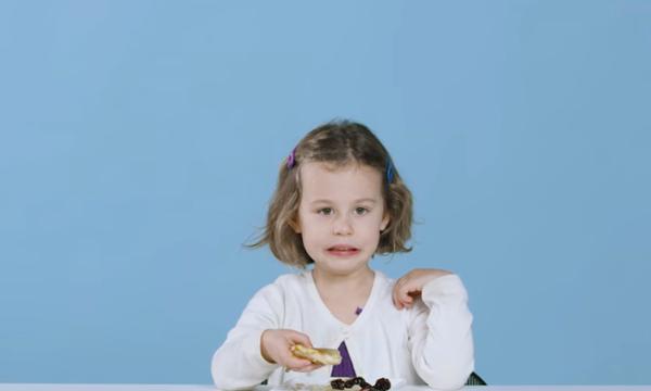 Παιδιά δοκιμάζουν ελληνικά φαγητά και οι αντιδράσεις τους είναι ξεκαρδιστικές (vid)