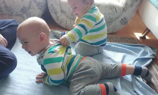 Αυτό θα πει επιμονή! Δείτε τι κάνει στον δίδυμο αδελφό του (vid)