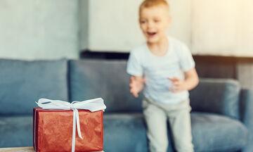 Μπαμπάς κάνει δώρο στον γιο του και εκείνος βάζει τα κλάματα! (vid)