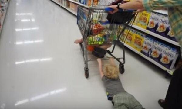 Τι μπορεί να συμβεί όταν πάτε με το μωρό για ψώνια στο σούπερ μάρκετ; Δείτε το βίντεο (vid)