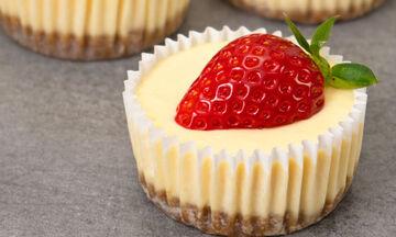 Πανεύκολη συνταγή για ατομικά cheesecakes χωρίς αυγά (vid)