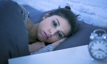 4 εύκολα κόλπα για να κοιμηθείτε σαν μωρό (vid)