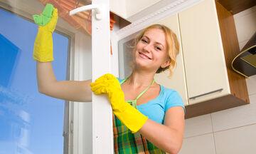 Πρακτικά μυστικά για να καθαρίσετε εύκολα και γρήγορα τα παράθυρά σας