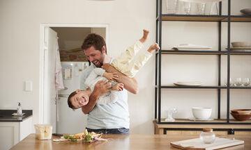 Οκτώ πράγματα που ένας μπαμπάς πρέπει να διδάξει στον γιο του (vid)