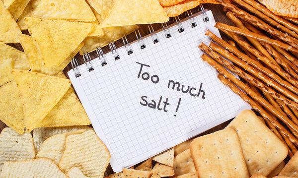Πώς αντιδρά το σώμα όταν τρώτε πολύ αλάτι (video)