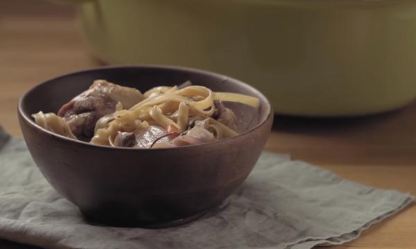 Συνταγή για να φτιάξετε κόκορα κρασάτο με χυλοπίτες