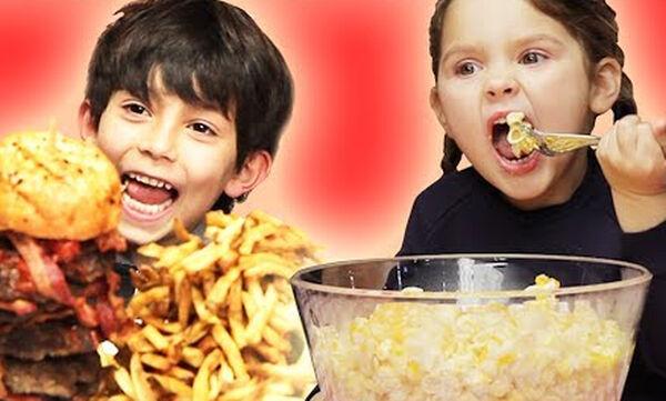 Δείτε τις αντιδράσεις παιδιών μόλις βλέπουν την τεράστια μερίδα του αγαπημένου τους φαγητού (vid)