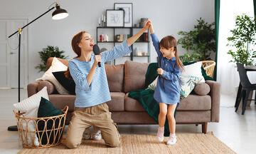 Παιχνίδι στο σπίτι: Απίθανες ιδέες για μικρά και μεγάλα παιδιά (vid)