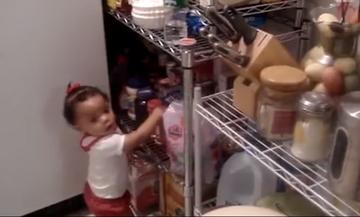 Η μικρή έχει πείσμα! Δείτε τι λέει η μητέρα της και ποια είναι η αντίδρασή της (vid)