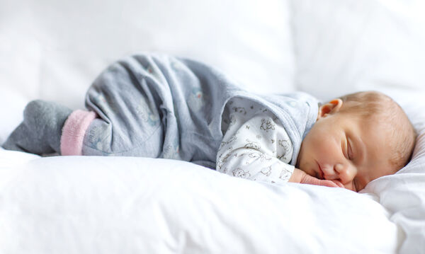 Νυχτερινή εφίδρωση στα μωρά: Αιτίες και πώς μπορείτε να την αντιμετωπίσετε