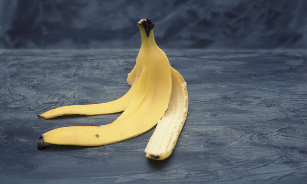 Πριν πετάξετε τη φλούδα της μπανάνας, δείτε τα εκπληκτικά οφέλη της για την υγεία σας (video)