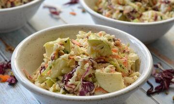 Έτσι θα φτιάξετε κι εσείς τη δική σας σαλάτα coleslaw