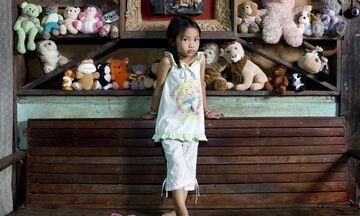 Παιδιά από όλο τον κόσμο ποζάρουν με τα αγαπημένα τους παιχνίδια (pics)