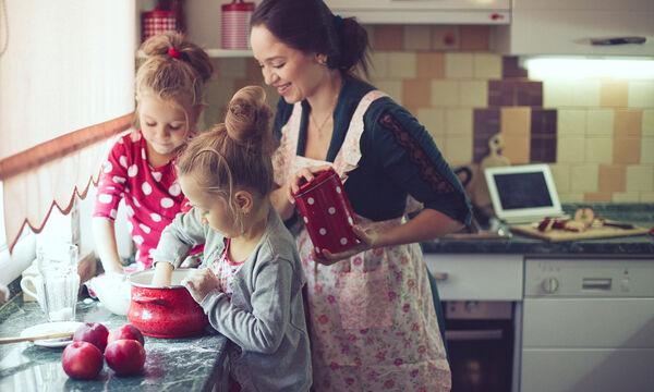 Είκοσι δύο γρήγορες και εύκολες συνταγές που μπορείτε να φτιάξετε με τα παιδιά σας (vid)