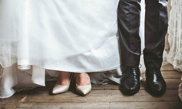 Μια συγκινητική ιστορία: Ανακάλυψε μήνυμα της μητέρας της στα νυφικά της παπούτσια