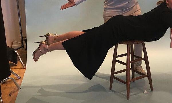 Λίγο πριν γεννήσει, η ηθοποιός ποζάρει γυμνή με τον πιο ανατρεπτικό τρόπο