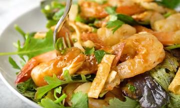 Νηστίσιμη συνταγή: Δροσερή γαριδοσαλάτα (vid)