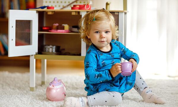 Παιδί 1 έτους - 18 μηνών: Οι δραστηριότητες και τα παιχνίδια που βοηθούν την ανάπτυξη δεξιοτήτων του