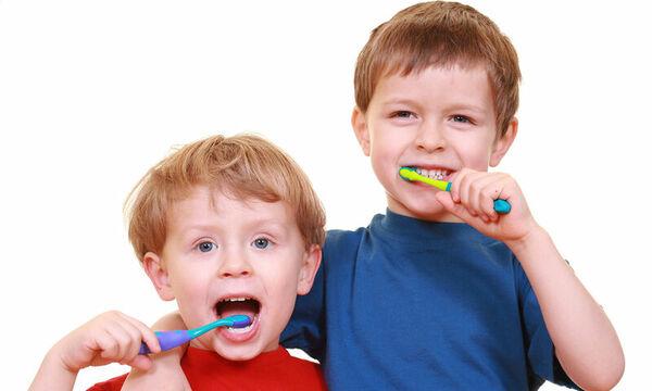 Έτσι πρέπει να βουρτσίζουν τα δόντια τους όλα τα παιδιά (video)