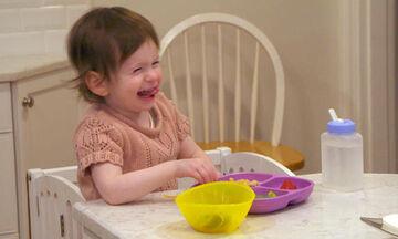 Δείτε τι έκανε μια ολόκληρη γειτονιά για το 2χρονο κωφό κοριτσάκι (vid)