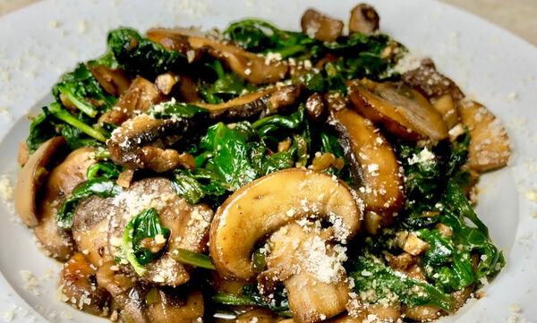 Γρήγορη και εύκολη συνταγή: Μανιτάρια στο τηγάνι με σπανάκι (vid)