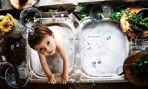 Μωρά απολαμβάνουν το μπάνιο τους στις πιο απίθανες μπανιέρες που έχετε δει! (pics)