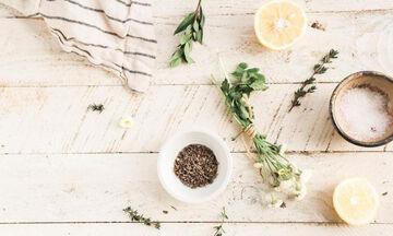 Νερό και δύο βότανα: Το ρόφημα για ενέργεια όλη μέρα που μας γεμίζει με βιταμίνες