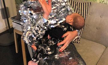 Θηλάζοντας το μωρό της στη δουλειά η διάσημη μαμά (pic)