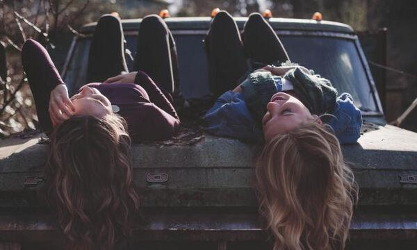 Κεφάλαιο «κατάθλιψη»: Πώς οι αδερφές μας καθορίζουν τη σχέση μας με την ασθένεια