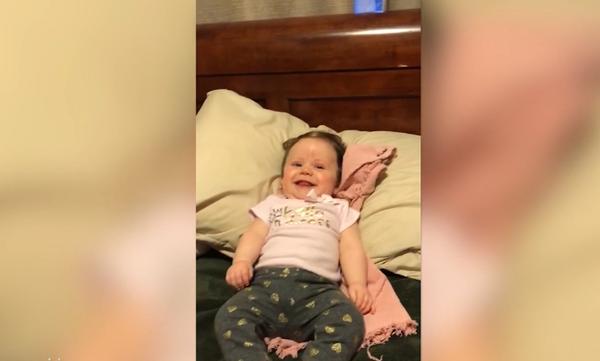 Είναι 5 μηνών αλλά όλα δείχνουν πως όταν μεγαλώσει θα γίνει σπουδαία χορεύτρια! (vid)