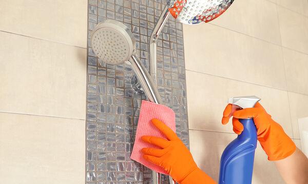 Πώς να καθαρίσετε τα συσσωρευμένα άλατα νερού από το ντους σας