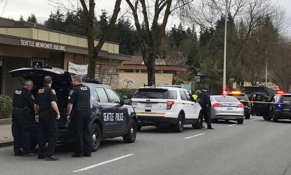 Αστυνομικοί εισβάλλουν στο σπίτι οικογένειας που αρνιόταν να πάει το παιδί της στο νοσοκομείο