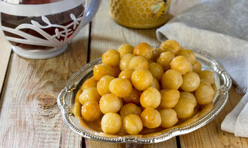 Συνταγή για τους πιο νόστιμους λουκουμάδες με μέλι (vid)