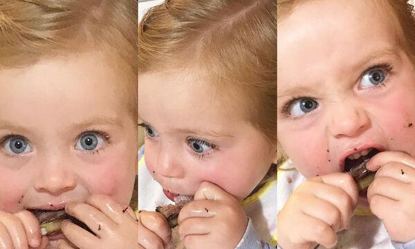 Η κόρη της διάσημης μαμάς τρώει παϊδάκια για πρώτη φορά