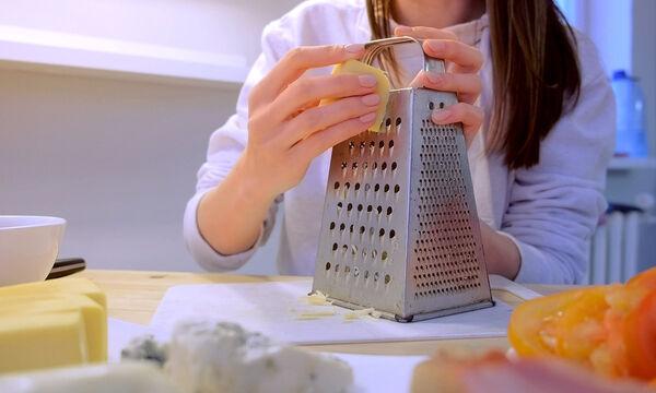 Πώς να καθαρίσετε τον τρίφτη τυριού με λεμόνι και πατάτα