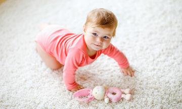 Πότε μπουσουλάνε τα μωρά – Πώς μπορείτε να τα βοηθήσετε να ξεκινήσουν