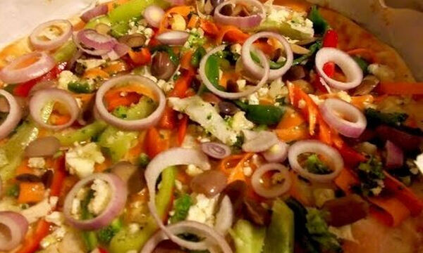 Νηστίσιμη πίτσα με λαχανικά: Εύκολη και γρήγορη συνταγή (vid)