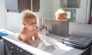 Μπάνιο μωρού: Απαντήσεις σε όλες τις ερωτήσεις που κάνουν οι γονείς
