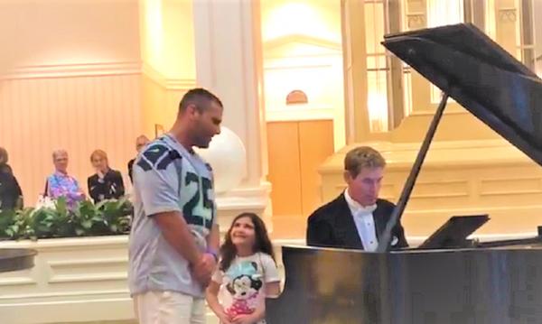 Τραγούδησε το «Ave Maria» για χάρη της κόρης του και έγινε viral (vid)