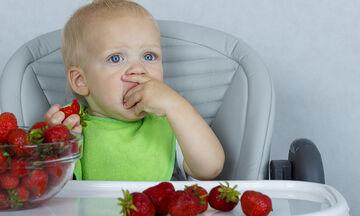 Μωρό: Πότε μπορείτε να εισάγετε φράουλες στη διατροφή του