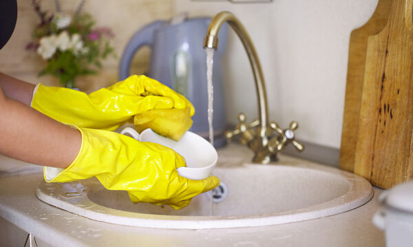 Γιατί πρέπει να φοράτε γάντια όταν κάνετε τις δουλειές του σπιτιού