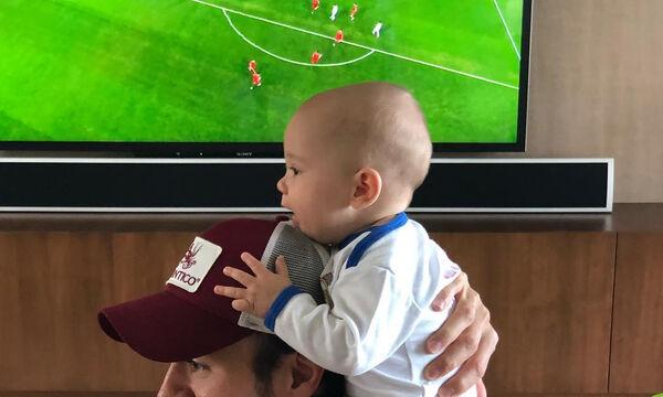 Δείτε τι κάνει διάσημος τραγουδιστής και πώς τον μιμείται ο 15 μηνών γιος του (vid +pics)
