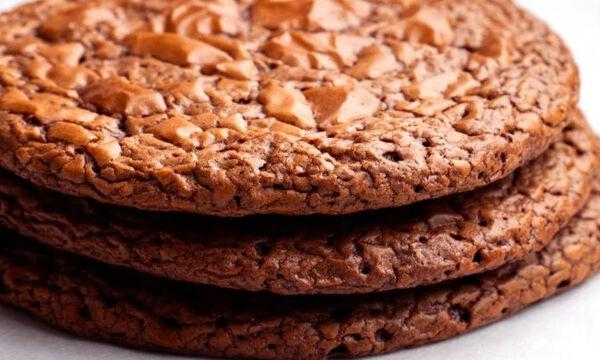 Συνταγή για σοκολατένια τραγανά μπισκότα (vid)