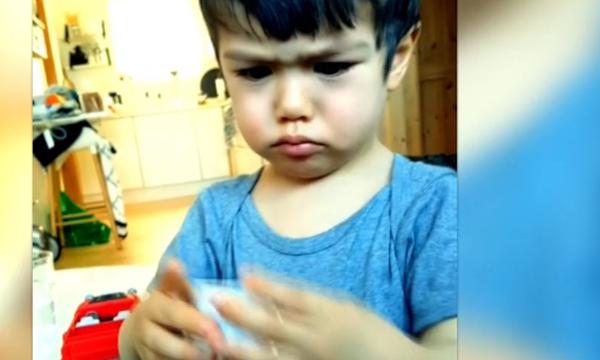 2χρονο αγόρι θύμωσε και δεν μπορεί να συγκρατήσει τα νεύρα του. Δείτε τι τον έκανε έξαλλο! (vid)