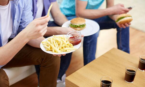 Οι αρνητικές συνέπειες του πρόχειρου φαγητού στους εφήβους