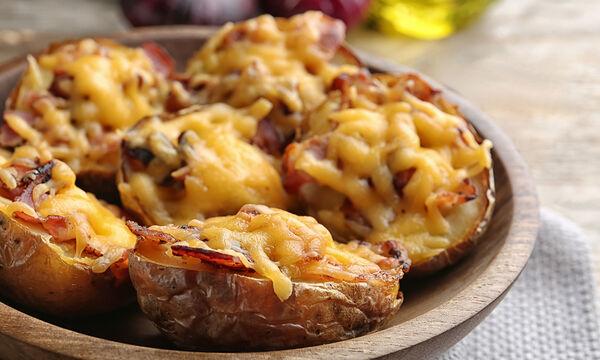 Συνταγή για νόστιμες γεμιστές πατάτες (vid)
