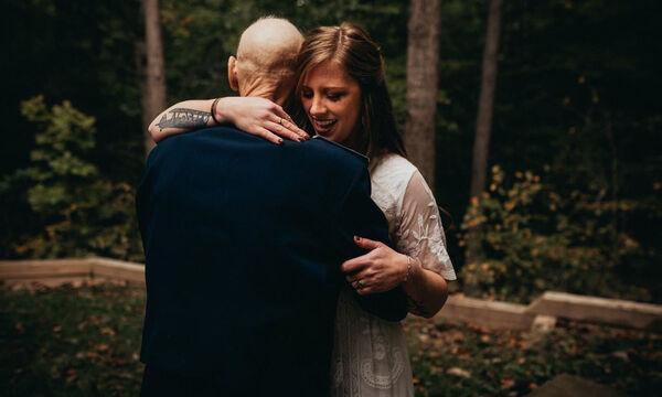 Φωτογραφήθηκε με τον πατέρα της για να έχει για πάντα στη μνήμη της τον τελευταίο χορό τους (pics)
