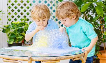 Πειράματα με νερό που θα κρατήσουν τα παιδιά απασχολημένα (vid)
